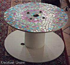 Tisch aus Kabeltrommel und Mosaik aus CDs