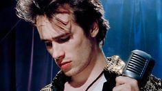 """""""Jeff Buckley não nasceu do acaso. Filho do icônico Tim Buckley, Jeff tocava apenas guitarra, e num show tributo para homenagear o seu falecido pai, cantou e encantou pela primeira vez. Não havia volta. Não poderia existir volta. Tinha início o seu legado. Estudioso, virtuoso e portador de uma alma inquieta, Jeff passou por diversos estilos musicais antes de conceber o tão aclamado Grace. 10 faixas preciosas e urgentes que, não deixaram dúvidas, ele reconhecia a música."""""""