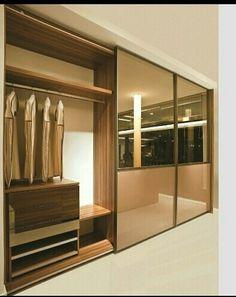 Armário com portas de espelho e ferragens marrom