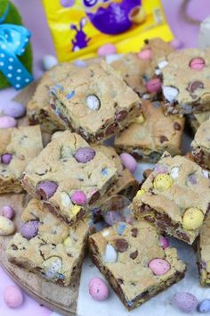 A Yummy Mini Egg & Chocolate Chip Cookie Traybake perfect for Easter. Mini Egg Cookie Bars are my new Favourite! SO, today is the second… Source by Mini Egg Recipes, Tray Bake Recipes, Sweet Recipes, Baking Recipes, Easter Recipes Uk, Baking Ideas, Cake Recipes, Dessert Recipes, Brownie Recipes