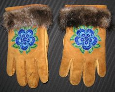 Bead Loom Patterns, Beading Patterns, Crochet Patterns, Beading Ideas, Embroidery Jewelry, Beaded Embroidery, Blue Flower Tattoos, Indian Beadwork, Beaded Moccasins