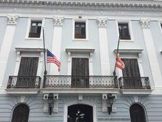 Departamento de Estado - 9/3/16 - 10:50 a.m. - Uso correcto de banderas a media asta por decreto presidencial. Bandera de Puerto Rico enredada y descolorada.