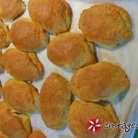 Αφράτα μπουρεκάκια με τυρί Pie Recipes, Food Art, Hamburger, Muffin, Food And Drink, Bread, Breakfast, Morning Coffee, Brot