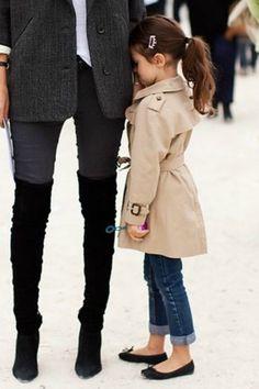 Tão pequena, mas quero uma roupa igual a essa! Haha Little trench & cute flats for the little trendsetters!