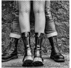 Doc Martens have been in style for almost 60 years, discover what made them so popular. We also discuss how to wear them in style! Chicas Punk Rock, Estilo Punk Rock, Dr. Martens, Dr Martens Boots, Doc Martens Outfit, Chica Punk, Dark Romance, Arte Punk, Punk Art