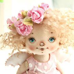 Новый Ангел, очень нежная девочка получилась! #куклысахаровойнатальи #ангел #куклаизткани Глаза Куклы, Кукольное Лицо, Игрушки Из Носков, Уроки По Куклам, Мягкие Куклы, Мягкая Скульптура, Швейные Куклы, Куклы Из Ткани, Подушки С Животными