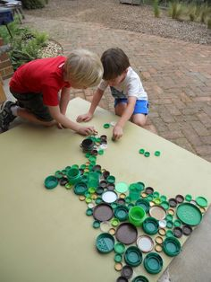 dot day art projects Raising Successful Children could do dot silhouettes with bottle caps? Bottle Top Art, Plastic Bottle Art, Plastic Caps, Bottle Cap Crafts, Diy Bottle, Recycled Art Projects, Recycled Crafts, Recycled Magazine Crafts, Art For Kids