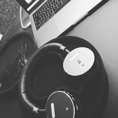 "11 Synes godt om, 1 kommentarer – Bettina (@frdeth) på Instagram: ""Friday mood 😊 #friday #work #woofitheadphones #sackit #music #readyforweekend #macbookpro…"""
