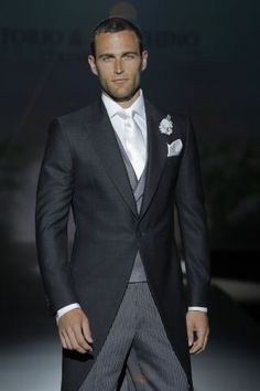Propuesta clásica para el novio de 2014 de Victorio-Lucchino. Un estilo que no falla nunca!  http://www.boda.tv/Pasarela/gaudi-novias-2013/novio/victorio-y-lucchino.htm