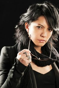 pssst hyde your mom called, she wants her blazer and blouse back Asian Eyes, Gackt, King Of Music, Male Poses, Visual Kei, Androgynous, Rock Bands, Sexy Men, Eye Candy