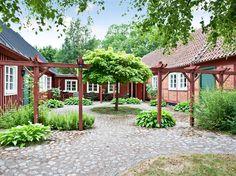 kullersten gårdsplan - Sök på Google, enkel pergola som avgränsar trädgården.