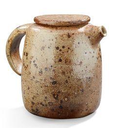 ELISABETH JOULIA (1925-2003) Pichet à anse couvert en grès. Signé. Vers 1960-1970. H: 15 cm Jug in stoneware. Signed. Circa 1960-1970. H: 6 in - Aguttes - 15/06/2016 Ceramic Teapots, Ceramic Art, Cafetiere, Pinch Pots, Pottery Art, Still Life, Stoneware, Tea Pots, Sculpture