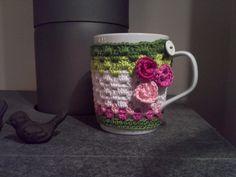 """Tasse mit Tassenwärmer """"Dornröschen"""" mit 3 Rosen von Schlaufen & Maschen auf DaWanda.com"""