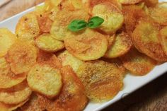 This is an easy recipe for homemade baked potato chips, a healthier option to traditional fried potato chips. Probably one of the best snacks ever. Homemade Baked Potato Chips, Healthy Baked Potatoes, Baked Baby Potatoes, Homemade Chips, Baked Chips, Sliced Potatoes, Healthy Chips, Healthy Snacks For Kids, Tapas
