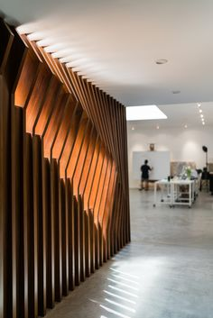 Good wood - LA based Dan Brunn Architecture pay homage to the original architect Frank Gehry in this super re-vamped minimal pad in LA. Gotta dig that staircase too… Design Entrée, Lobby Design, Wall Design, House Design, Frank Gehry, Gazebos, Plafond Design, Interior Architecture, Interior Design