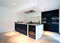 10 handige tips voor een betaalbare keuken bij u thuis! Makeover.nl Smeg Kitchen, Kitchen Dinning, Family Kitchen, Kitchen Cupboards, Fancy Kitchens, Home Kitchens, Kitchen Extension Semi Detached, Kitchen Flooring, Interiores Design