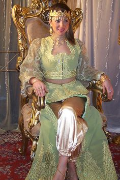 Algerian traditional clothes & outfits - Page 2 - SkyscraperCity Arab Wedding, Wedding Gowns, Kaftan, Ganesha Art, Monique Lhuillier, Traditional Dresses, Twitter, Princess Zelda, Costumes
