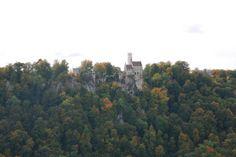 Ein echter Klassiker im Herbst ist eine Wanderung über und unter den Traifelbergfelsen, die hoch über Honau liegen. Während des Indian Summer lockt diese Herbsttour mit prächtigen Farben und sagenhaften Ausblicken auf das Schloss Lichtenstein.