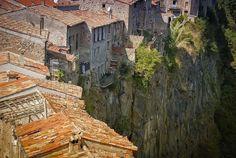 時代に取り残された崖上の絶景「カステルフォリット・デ・ラ・ロカ」(スペイン)