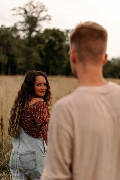 Cute Teen Couples, Cute Country Couples, Summer Couples, Teenage Couples Photography, Couple Photography, Couple Photoshoot Poses, Couple Shoot, Country Couple Photos, Outdoor Couple
