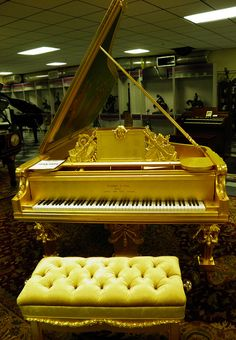 I'll bet golden notes come out of this piano! Piano Man, Piano Y Violin, Piano Music, Sheet Music, Piano Bench, Piano Room, Sound Of Music, Music Is Life, Mundo Musical