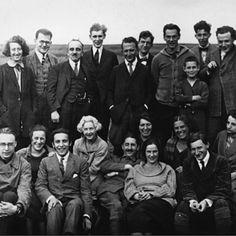 Hintere Reihe- Zweiter von links- Friedrich Pollock, Mitte- Georg Lukács, Zweiter von rechts- Felix Weil. Vordere Reihe- Erster von links- Karl August Wittfogel, Mitte- Karl Korsch, rechts vor ihm Käthe Weil