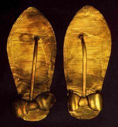 Sandalia con laminado de oro, cincelada con motivo de asiático y africano vencidos. Equipo funerario de Tutankamon.