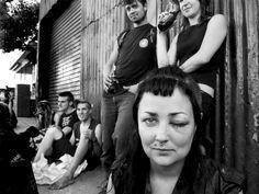 """A partir de terça, 9, a Matilha Cultural recebe """"Get Shot"""", exposição que retrata parte da história do movimento punk ao redor do mundo através das lentes do fotógrafo uruguaio Martin Sorrondeguy. São cerca de 100 imagens captadas ao longo de 27 anos. A entrada é Catraca Livre."""