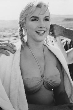 Photos of the sublime, divine and legendary Marilyn Monroe. Between charm, sensuality and glamor. Revisit his life through sumptuous pictures and photos. Some biographies and beautiful photos. A tribute to Marilyn Viejo Hollywood, Old Hollywood, Stars D'hollywood, Photos Rares, Actrices Sexy, Marilyn Monroe Photos, Marilyn Monroe Swimsuit, Divas, Norma Jeane