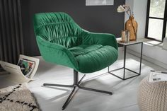 Luxusné kreslo s opierkami smaragdovo zelené. Dining Room Table Decor, Dining Room Design, Green Velvet Armchair, Green Quilt, Retro Stil, Interior Decorating, Interior Design, Lounges, Living Room