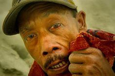 Minatore dello zolfo accecato dai gas tossici, vulcano Ijen, dalla serie Indonesia, Kawah – Ijen, Inferno, 2009.