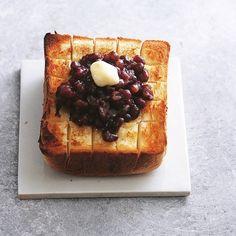 連日のあんバター今朝はペリカンの角食の端を厚めに使ってホカホカ #あんバター #あんバタートースト #あんトースト #角食 #ペリパン #ペリカンパン #浅草 #あずき #エシレバター #ホカホカ #おしゃパン #おうちカフェ #bread #breakfast #echire #butter #adzuki