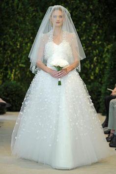 Vestido de novia ideal para chicas con mucho busto de corte princesa y falda voluminosa - Foto Carolina Herrera
