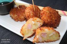 *KOROKKE, CROQUETA JAPONESA*Hoy tenemos nueva receta japonesa, korokke, que es la croqueta japonesa. El nombre suena incluso parecido, viene de la palabra francesa croquette. Es muy fácil de hacer, se cuecen patatas, se le añade un sofrito de cebolla y carne, se mezcla todo y se pasa por harina,huevo y panko. Se fríe y se sirve con salsa tonkatsu. Esta es la receta tradicional-que haremos otro día-, hoy os dejo una variante que he hecho, poniendo jamón york y queso parmesano. Probad, os vais…