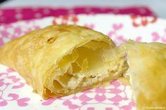 Deze kaas ui broodjes zijn heerlijk als lunch of tussendoortje. Makkelijk te maken, snel klaar en super lekker! Ze zijn het lekkerst als je pittige geraspte