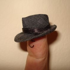 DIY man's hat to hang on my hat rack in my dollhouse front foyer | Source: Pequeñas cosas