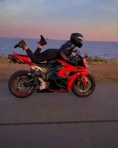 Tarafinisec.com Motorcycle Drifting, Girl Riding Motorcycle, Pink Motorcycle, Futuristic Motorcycle, Motorbike Girl, Lady Biker, Biker Girl, Gif Motos, Motos Yamaha