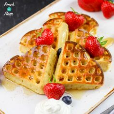 These Syn Free Strawberry & Vanilla Waffles are a fab Slimming World breakfast idea. It's a great way to start the day with super speed fruit too! (things to bake slimming world) Slimming World Waffles, Slimming World Puddings, Slimming World Cake, Slimming World Desserts, Slimming World Breakfast, Slimming World Recipes Syn Free, Beignets, Slimmimg World, Biscuits