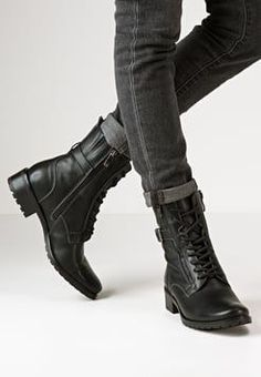 black womens booties and ankle boots schwarze Damenstiefel und Stiefeletten Combat Boot Outfits, Winter Boots Outfits, Winter Shoes, Biker Boots Outfit, Outfit Winter, Black Lace Boots, Black Combat Boots, Lace Up Ankle Boots, Womens Leather Combat Boots