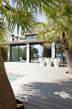 Terrasse en bois avec vue sur piscine dans une villa réaménagée par l'architecte DPLG Frédérique Pyra.