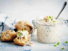 Paahdetun pekonin ja raikkaan kevätsipulin maustama majoneesi on takuuvarma joka paikan kastike.