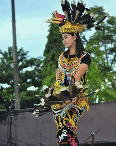 Kenyah Lepoq Kulit Dari Dayak in East Kalimantan Vietnam Costume, Native Wears, Batik Kebaya, Tribal Costume, Indonesian Girls, Ethnic Dress, Borneo, Dance Dresses, Traditional Outfits