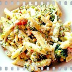 Penne met gerookte kip, broccoli, kruidenkaas en pijnboompitjes Pasta Recipes, Cooking Recipes, Healthy Recipes, Pasta Met Broccoli, I Love Food, Good Food, Easy Diner, Diner Recipes, Kraut