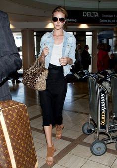 Rosie Huntington-Whiteley Denim Jacket - Total Street Style Looks And Fashion Outfit Ideas Rosie Huntington Whiteley, Rose Huntington, Looks Style, Casual Looks, My Style, Celebrity Outfits, Celebrity Style, Casual Chic, Estilo Jeans