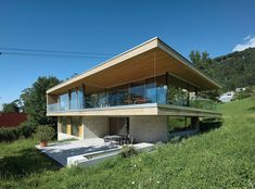 This beautiful house covering an area of 210 m2 distributed in three levels and located in Bregenz, Austria, was designed in 2016 by Dietrich   Untertrifaller Architekten. It is located on a green hill with wonderful views over the surrounding countryside and Lake Constance. The exterior in wood and concrete seems to merge with its surroundings, an immense green area of tall trees that borders the house. Upon entering, a..