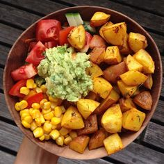 Oil and salt free curry potatoes with salad and guacamole