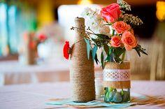 Garrafas de vidro servindo como vasos para flores. Ideias de decoração reciclando garrafas de vidro.
