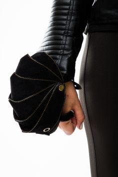 Оригинальныйкошелёк - клатч панцирь «ARMOR» рассчитан на небольшие, необходимые для Вас вещи - смартфон, денежные купюры, визитки и т.д. Изделие отлично подходит для тех кто любит активный образ жизни. Клатч «ARMOR» позволяет надежно крепиться на тыльной стороне руки, между ладонью и запястьем, что приводит не только к комфортной переноске необходимых для Вас предметов, нои защищаетих от воздействия внешней среды - удары, падения и т.д. Внутри есть держатель для мобильных устройств.