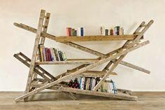 Original estantería montada a base de partes de escaleras.