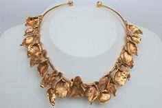 Collar de bronce bañado en oro con diamantes de Rocío Porres